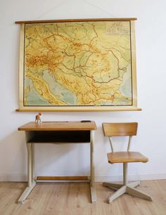 Cool vintage hout/metalen bureau met schoolstoel. Industriële lessenaar met stoel.