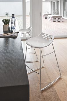 JAM is a funky and brightly coloured bar height stool suitable for breakfast bars or wine bars. JAM features a two-tone technopolymer seat with a contrasting glossy solid white front section and a slender yet sturdy metal sled base with plastic-covered footrest. Available in both bar and counter height. #calligaris #modern