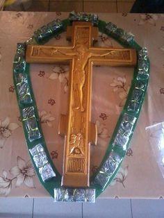 Цветы у Креста в православном храме.