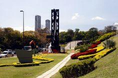 Esculturas ubicadas en las Adyacencias de Plaza Venezuela y la autopista Francisco Fajardo de Caracas..