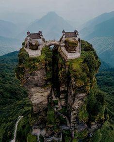 I due templi del monte Fanjingshan, provincia di Guizhou, Cina. Victoria Harbour, Voyager Loin, Forest Park, Outdoor Survival, World Heritage Sites, Medieval, Beautiful Places, Amazing Places, Travel Photography