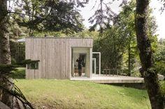 Les architectes basés à Nantes de MIMA Atelier ont conçu cette maison dans le paysage de vallée de la Vilaine pour permettre aux propriétaires de se repose