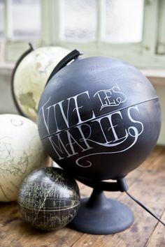 Il est aussi possible de personnaliser cet ancien globe terrestre avec les peintures Satinelle et les pochoirs Éléonore Déco www.eleonore-deco.com #DIY #Globe