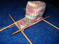 Instructions for knitting: . now 70 stitches are distributed on the knitting needles. Instructions for knitting: . now 70 stitches are distributed on the knitting needles. 13 stitches each on the front an. Knitting Wool, Easy Knitting, Knitting Socks, Knitting Needles, Wool Yarn, Baby Knitting Patterns, Crochet Patterns, Crochet Storage, Patterned Socks