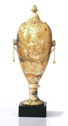 Vase Blue John. Époque néo-classique. Photo Accademia Fine Art    A forme d'urne réalisée en Blue John, également appelé Derbyshire Spar, une forme de fluorite unique de la région de Castelton - Derbyshire en Angleterre. Les prises en têtes de lion et le frétel sont en bronze doré.