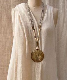Collier ethnique:Pendentif en bronze martelé monté sur fil de lin by Amalthee creations