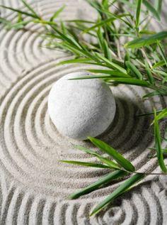 A detail from a Japanese Zen garden. Mini Jardin Zen, Feng Shui Dicas, Buddha Zen, Zen Meditation, Peace And Harmony, Zen Art, Arte Floral, Wabi Sabi, Ikebana