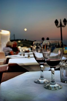 Skiathos, Nightlife, Travel Guides, White Wine, Wine Glass, Alcoholic Drinks, Moon, Island, The Moon