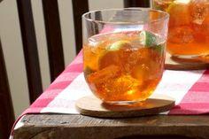 Aperol Mix Zutaten für 4 Gläser:      4 Bio-Limetten     ca. 4 TL brauner Zucker     Crushed Ice     160 ml Aperol     2 kleine Flaschen kaltes Tonic-Water