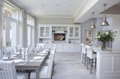 This custom design gives prominence to the kitchen dining area for those who love to entertain. Perfect for family meals, dinner parties and more. View our new kitchens in our Wicklow showrooms. Les Hamptons, Hamptons Style Homes, Hamptons Decor, Condo Kitchen, Kitchen Dinning, Open Concept Kitchen, Open Plan Kitchen, Farmhouse Interior, Kitchen Interior