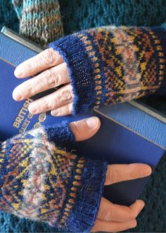 Blog post at Knitting Squirrel : The Blue Fair Isle Fingerless Mitts are just beautiful. Gorgeous to wear.  These fair isle fingerless mitts are based on the Small Lozenge[..]
