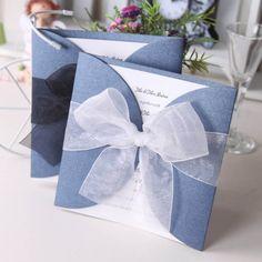 schöne blaue Einladungskarten zur Hochzeit mit dezenter Schleife