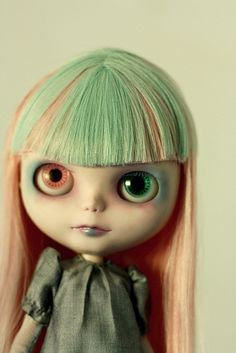 I love the eyes of Blythe dolls. Don't they look real?