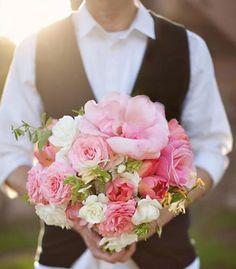 idée de bouquet de mariée rond en rose, blanc et corail