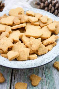 Dinkel-Butterkekse Diese Dinkel-Butterkekse sind mit natürlichem und fein gemahlenem Bio Mascobado Vollrohrzucker gemacht. Dadurch haben sie einen vollmundigen Buttergeschmack mit natürlichem Aroma. Ich empfehle, gleich die doppelte Menge zu backen weil sie so lecker sind! Weihnachtsplätzchen, gesunder Rezept