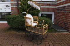 Nostalgischer-Puppenwagen-mit-Sonnenschirm