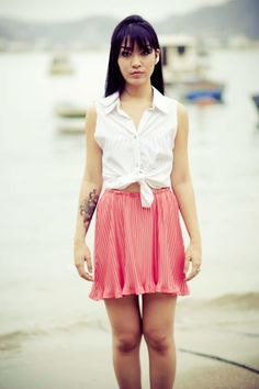 Camisaria branca com saia mini plissada.