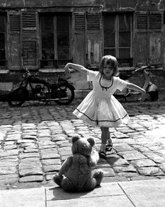 Ideas for vintage photography black and white robert doisneau Robert Doisneau, Black White Photos, Black And White Photography, Tanz Poster, Kind Photo, Ansel Adams, Jolie Photo, Girl Dancing, Children Dancing