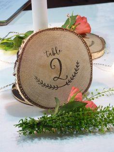 Des rondins de bois (bouleau) pour votre décoration de table champêtre. Numéro de table ou nom de table.