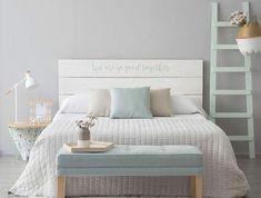 idée d aménagement d un chambre d hôtes à déco douce et relaxante en couleurs pastel, tete de lit en palette transformée avec de la peinture blanche