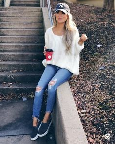 Stylish Ideas: How to Create the Perfect Ripped Jeans Outfit Casual Fall Outfits You Must Buy Now. Women's Fashion. Chic And Comfy Mode Outfits, Jean Outfits, Casual Outfits, Fashion Outfits, Fashion Ideas, 20s Fashion, Black Outfits, Fashion Trends, Night Outfits