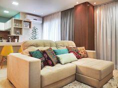 A área social deste apartamento em Maringá (PR) tem parede azul, revestimento que imita tijolo e cadeiras amarelas