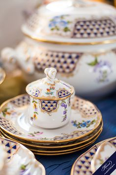 An overview of the Herend fine china services. Use this site to discover the variations of Herend fine china decors. Flora Danica, China Sets, Dinner Sets, Fine China, China Porcelain, Afternoon Tea, Flower Decorations, Tea Set, Dinnerware