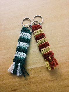 {[For the Harry Potter nerd in your life]} Chaotic Desk: Harry Potter Scarf Keychain - free crochet pattern. Harry Potter Diy, Tricot Harry Potter, Bijoux Harry Potter, Harry Potter Bricolage, Harry Potter Scarf, Harry Potter Crochet, Harry Potter Christmas, Harry Potter Keychain, Harry Potter Presents