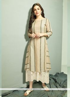 You will be confident to make a impressive fashion statement with this off white cotton party wear kurti. The print work appears chic and ideal for party. (Slight variation in color, fabric & work is . Fashion Designer, Indian Designer Outfits, Indian Outfits, Designer Dresses, Indian Attire, Simple Kurti Designs, Kurta Designs Women, Tunic Designs, Dress Neck Designs