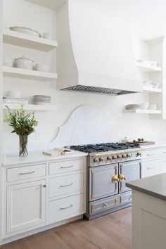 10 Lovely Kitchens With Open Shelving White Shaker Kitchen, Shaker Style Kitchens, All White Kitchen, White Kitchens, Cottage Kitchens, French Kitchen, Open Kitchen, Home Decor Kitchen, Kitchen Interior