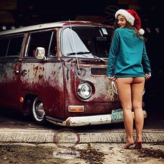 Beautiful bus and gorgeous models, what more do you want 😎 More on our 2017 calendar. Combi Vw T2, Combi Ww, Volkswagen Minibus, Vw T1, Volkswagen Transporter, Kombi Hippie, Combi Split, Bus Girl, Trucks And Girls