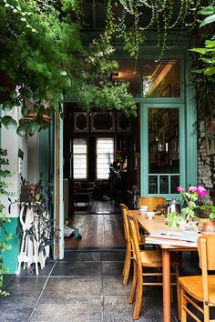 urban jungle - this is ideal for a tiny patio garden- take the plants up a level and make it feel wild naturalcurtaincompany - Model Home Interior Design Patio Interior, Interior Exterior, Interior Design, Interior Livingroom, Kitchen Interior, Style At Home, Outdoor Rooms, Outdoor Living, Indoor Outdoor