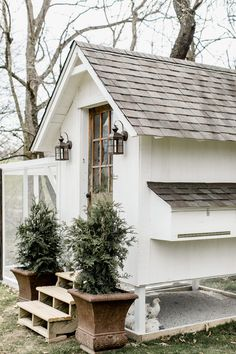 white chicken coop with full size front door and shingle roof. Love this farmhouse style white chicken coop with full size front door and shingle roof. Love this farmhouse style Chicken Coop Designs, Cheap Chicken Coops, Portable Chicken Coop, Best Chicken Coop, Backyard Chicken Coops, Building A Chicken Coop, Chickens Backyard, Chicken Barn, Chicken Coup