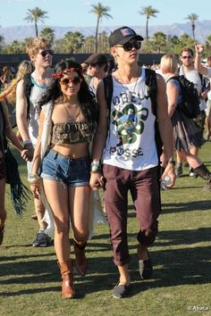 The young starlet arrived at the 2012 Coachella music festival with boyfriend Austin Butler in a floral bandeau top, denim hot pants and brown ankle boots. She completed her look with a white sleeveless cover up, floral headband and round sunglasses. Music Festival Outfits, Festival Wear, Festival Fashion, Coachella Festival, Coachella 2014, Vanessa Hudgens Coachella, Vanessa Hudgens Style, Festival Looks, Festival Style