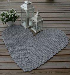 Kodikasta tunnelmaa paikkaan kuin paikkaan... Crochet Designs, Carpet, Rugs, Handmade, Home Decor, Farmhouse Rugs, Hand Made, Decoration Home, Room Decor