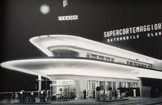 Lo spaziale distributore di piazzale Accursio in una foto degli anni '60.