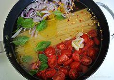 Ζυμαρικά με σάλτσα σε μία κατσαρόλα (σε 10 λεπτά)