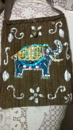 Un bolso estilo hindú, lo hice con un  paño  y lo pinté con pinturas al frío y lentejuelas.