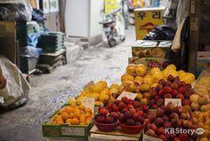 재래시장의 발견 ① 영천시장의 맛 그리고 사람들 이야기 - 시장에 그득그득 쌓여있는 과일들을 보면 보기만 해도 배부른 기분이 들어요.