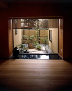 this garden has a very japanese modern feel because of the greens Japanese Modern House, Traditional Japanese House, Japanese Interior Design, Japanese Home Decor, Japanese Garden Design, Japanese Architecture, Interior Architecture, Zen Interiors, Casa Patio