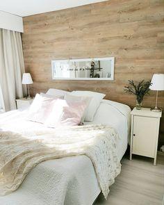 Vinyylilankku makuuhuoneen seinällä tuo lämpöä ja kodikkuutta tilan tunnelmaan. Bed Pillows, Pillow Cases, Sweet Home, Bedroom, Furniture, Park, Home Decor, Ideas, Nordic Style