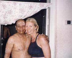 Dana Rae Pare happy posin with Pattabhi Jois (Guruji) in Mysore, India (w/ braids!)