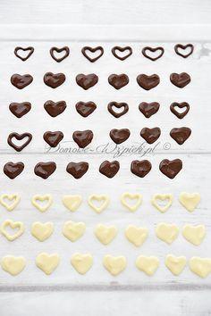 Czekoladowe ozdoby ze szprycy Cupcakes, Cookies, Chocolate, Frostings, Desserts, Food, Chocolate Candies, Cherries, Dessert Ideas