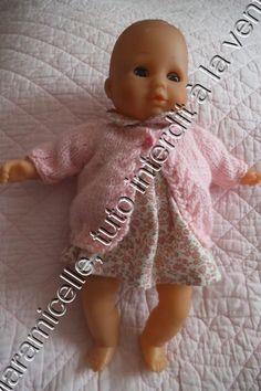 tuto gratuit poupée: longue veste d'hiver Diy Vetement, Baby Born, Amelie, I Dress, Crochet Hats, Dressing, Couture, Dolls, Voici