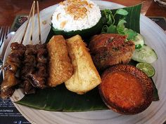 Nasi Uduk Betawi Indonesian Desserts, Indonesian Cuisine, Rasa Malaysia, Steamed Rice, Cravings, Pork, Dessert Recipes, Food And Drink, Yummy Food