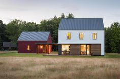 Combining prefab convenience with eco-friendly features, the GO Home is ideal for a broad range of applications. You can choose from ten designs, ranging from 600 to square feet, all with a modern New England feel that pays homage. Modern Barn House, Modern House Design, Style At Home, Rural House, Passive House, Home Fashion, Exterior Design, Modern Architecture, Building A House