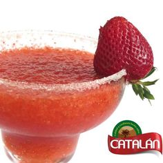 Hoy sábado relajate, sientete como si estuvieras en vacaciones en Cuba, con un delicioso #Daiquirí Catalán, deliciosa combinacion de ron, hielo picado y fresas