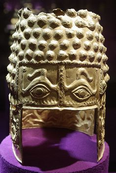 The Golden Helmet of Coţofeneşti; a pure gold Geto-Dacian helmet dating from the first half of the century BC, currently at the National Museum of Romanian History European Tribes, European People, Elmo, Romania Map, Ancient Armor, Arm Armor, In Ancient Times, Dark Ages, National Museum
