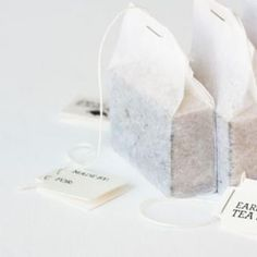 Handmade Tea Soap ~ This handmade soap recipe uses tea, giving it a natural and relaxing aroma. I adore the way they are packaged up to look like tea bags. You can also print out the tea tags for free. Handmade Soap Recipes, Handmade Soaps, Handmade Soap Packaging, Tea Packaging, Homemade Tea, Homemade Gifts, Diy Gifts, Tea Tag, Savon Soap