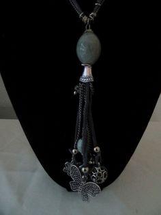 Mooie lange taupe kleurige halsketting met zilveren bedels hartjes veren roos kettingen - Grijze ruimte en t aupe ...